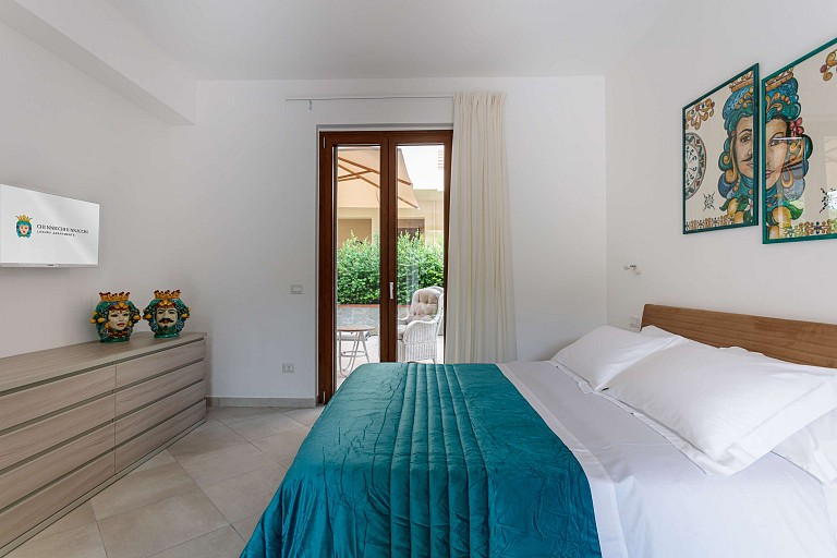 Double bedroom and patio - Zagara Apartment